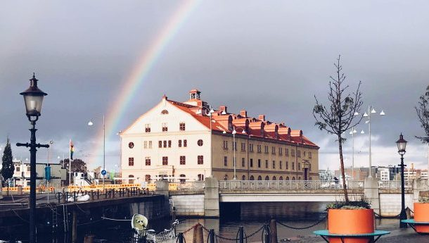 Ett foto på Lagerhuset med en regnbåge ovanför.